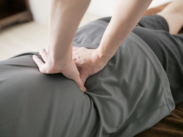 施術で腰痛の原因となる歪みを改善