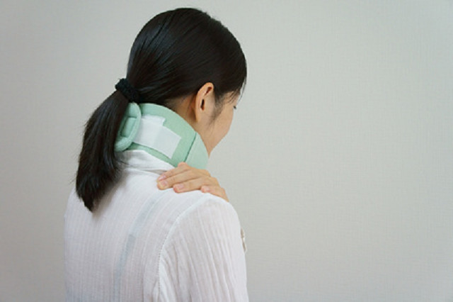 交通事故による症状で悩む女性
