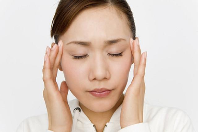 辛い頭痛に悩む女性